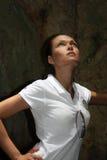 Il turista considera una caverna Immagini Stock Libere da Diritti