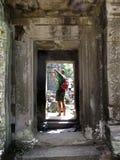 Il turista dell'uomo visita le rovine Angkor Wat Immagini Stock