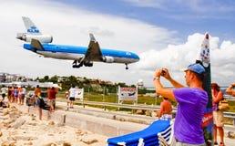 Il turista della baia della st Maarten Maho fotografa l'aereo Fotografia Stock