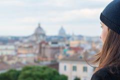 Il turista della donna sta considerando la città Roma Immagini Stock Libere da Diritti