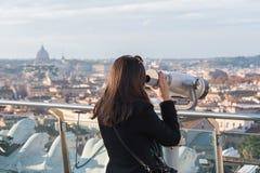 Il turista della donna sta guardando tramite il binocolo Fotografia Stock