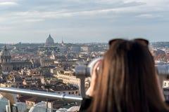 Il turista della donna sta guardando tramite il binocolo Fotografie Stock