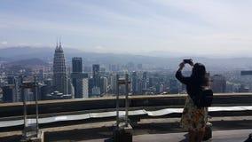 Il turista della giovane donna prende l'immagine in Malesia fotografia stock