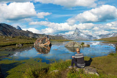 Il turista della ragazza esamina il Cervino ed il lago Stellisee nella S Fotografie Stock