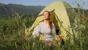 Il turista della ragazza si rilassa sui precedenti delle montagne archivi video