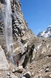 Il turista esamina il più alta cascata Fotografie Stock Libere da Diritti