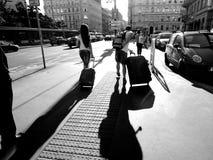 Il turista in Europa porta i bagagli sulla pavimentazione della via Fotografie Stock Libere da Diritti