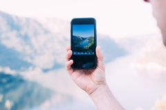 Il turista fa la foto del mare con lo smartphone Fotografia Stock