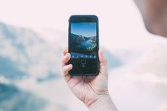Il turista fa la foto del mare con lo smartphone Immagini Stock