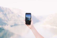 Il turista fa la foto del mare con lo smartphone Immagine Stock
