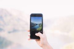 Il turista fa la foto del mare con lo smartphone Immagini Stock Libere da Diritti