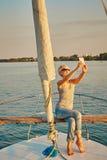 Il turista femminile abbastanza giovane fa il selfie sull'yacht Fotografie Stock Libere da Diritti