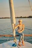 Il turista femminile abbastanza giovane fa il selfie sull'yacht Fotografia Stock Libera da Diritti