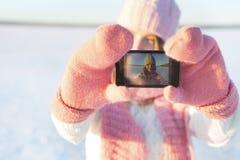 Il turista femminile abbastanza giovane prende il selfie nell'inverno Fotografia Stock Libera da Diritti