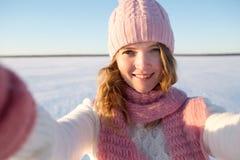 Il turista femminile abbastanza giovane prende il selfie nell'inverno Fotografia Stock