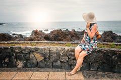 Il turista femminile con lo Zaino ammira la vista di Puerto de la Cruz, Tenerife Immagini Stock Libere da Diritti