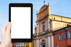il turista fotografa Chiesa di Ognissanti a Mantova Immagine Stock Libera da Diritti