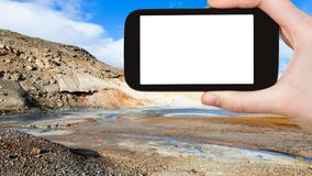 il turista fotografa il cratere del vaso del fango in Krysuvik Fotografie Stock