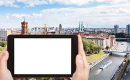 il turista fotografa il fiume della baldoria con Rathausbrucke Fotografia Stock