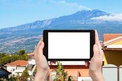 il turista fotografa Giardini-Naxos e Etna Mount Immagine Stock Libera da Diritti