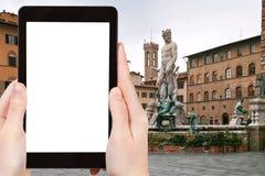 Il turista fotografa il della Signoria Firenze della piazza Fotografia Stock Libera da Diritti