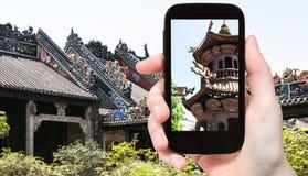 il turista fotografa l'altare all'aperto in tempio Fotografie Stock Libere da Diritti