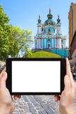 il turista fotografa la chiesa di St Andrew a Kiev Immagini Stock Libere da Diritti