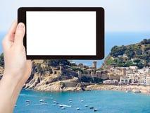 Il turista fotografa la città urbana Tossa de Mar della spiaggia Immagine Stock