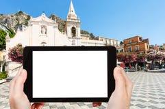 il turista fotografa la piazza 9 aprile in Taormina Immagini Stock
