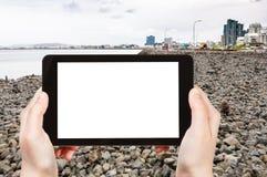 il turista fotografa la spiaggia di pietra nella città di Reykjavik Fotografie Stock