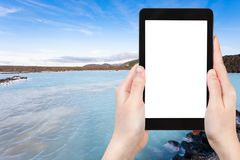il turista fotografa il lago geotermico lagoon blu Immagine Stock Libera da Diritti
