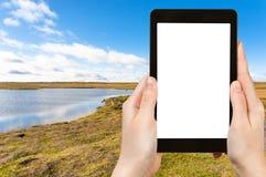 il turista fotografa il lago Leirvogsvatn in Islanda Immagini Stock