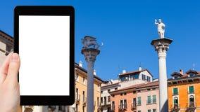 il turista fotografa le colonne nella città di Vicenza Immagine Stock