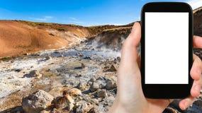 il turista fotografa le molle acide in Krysuvik Fotografie Stock Libere da Diritti