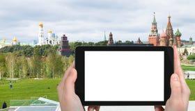 il turista fotografa le torri di Cremlino e di Zaryadye Fotografia Stock