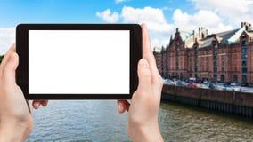 il turista fotografa il lungomare del canale di Binnenhafen Immagine Stock