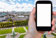 il turista fotografa il parco di Lustgarten a Berlino Immagine Stock Libera da Diritti
