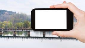 il turista fotografa il ponte di Manshui sul fiume di Yi Fotografie Stock Libere da Diritti