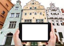il turista fotografa tre case dei fratelli a Riga Immagini Stock