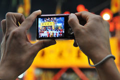 Il turista fotografa una cerimonia del Taoist Fotografie Stock