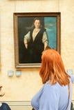 Il turista guarda la pittura al Louvre Immagini Stock Libere da Diritti