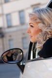 Il turista guarda qualcosa dalla sua automobile Fotografia Stock Libera da Diritti