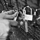 Il turista ha messo un lovepadlock nel ponte delle arti a Parigi Immagine Stock