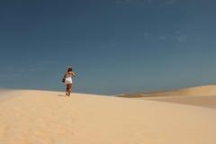 Il turista, il vento e la sabbia Fotografia Stock Libera da Diritti