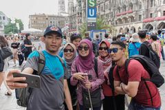 Il turista musulmano asiatico posa al pedone a Monaco di Baviera fotografia stock libera da diritti