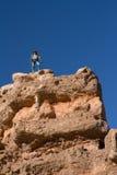 Il turista si leva in piedi su una roccia fotografie stock libere da diritti