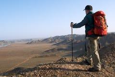 Il turista si leva in piedi sulla collina Fotografia Stock