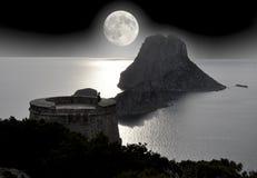 Il turista solo osserva la luna piena sul mare Fotografie Stock Libere da Diritti
