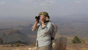 Il turista sopra la montagna prende le immagini del paesaggio pittoresco video d archivio