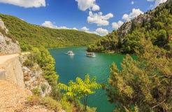 Il turista spedisce su un fiume di Krka, parco nazionale di Krka, Croazia Immagine Stock